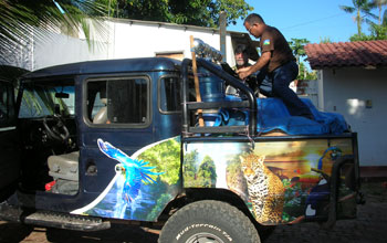Photo of Luiz Lobato preparing a vehicle for travel along the Porto Velho-Manaus transect.