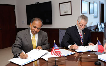 Photo of Subra Suresh and Jos� Miguel Aguilera signing an agreement.