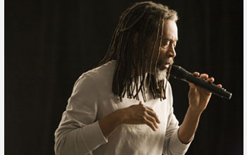 Photo of musician Bobby McFerrin.