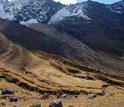 Morenas em um vale; as tendas do acampamento base estão visíveis no canto inferior direito.