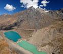 Lagoas de barragem formadas por uma morena em um vale no Peru.