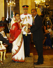 Photo of Subra Suresh receiving the Padma Shri from the Indian government.