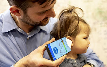 Using smartphone app to detect fluid behind eardrum