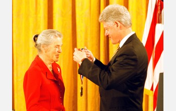 Janet Rowley receives the Medal of Science from President Clinton.