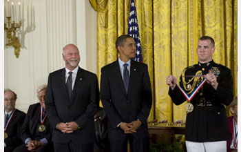 Photo of J. Craig Venter receiving the National Medal of Science from President Barack Obama.